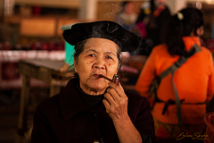 Mujer fumando en pipa.