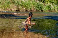 Pescando en el río.