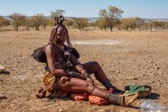 Himba sentada.